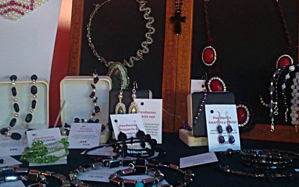 Mesa con artículos en venta