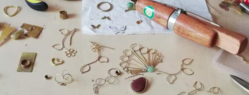 Mesa de trabajo con piezas