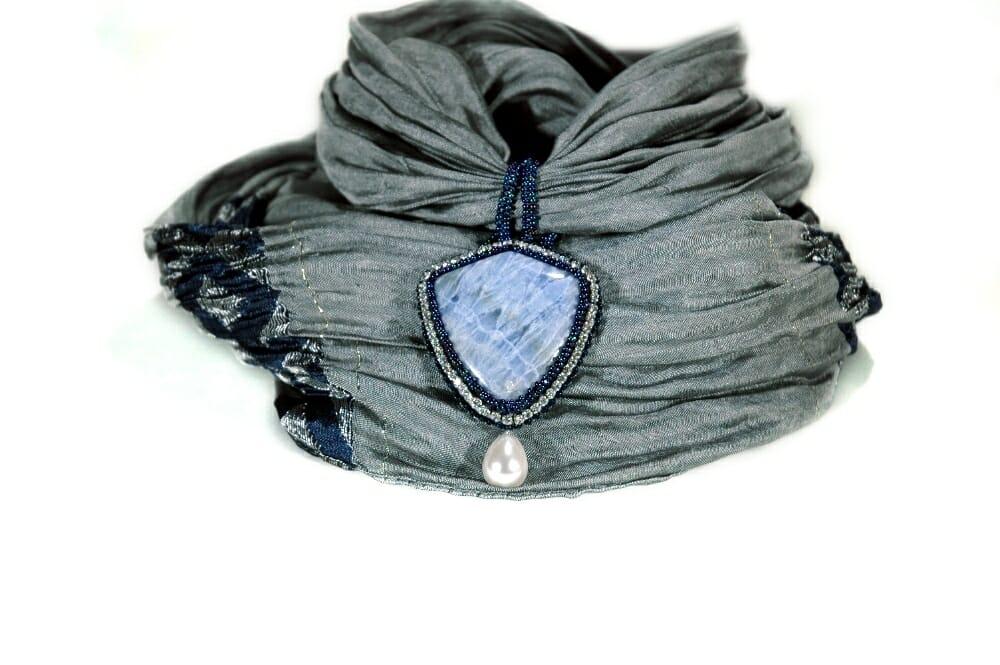 Bufanda con joya de ágata encaje